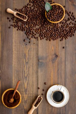 Kaffee Hintergrund mit Bohnen und Tasse Americano Holztisch flach Platz für Text