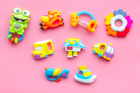 Craft toys for kids. Developing rattle for the smallest. Pink background top view Foto de archivo - 114075898