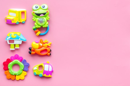 Handmade toys for newborn baby. Rattle. Pink background top view mockup Foto de archivo - 114049733