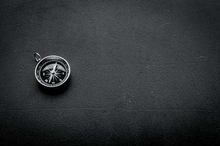 Concepto de dirección con brújula en el espacio de vista superior de fondo negro para texto