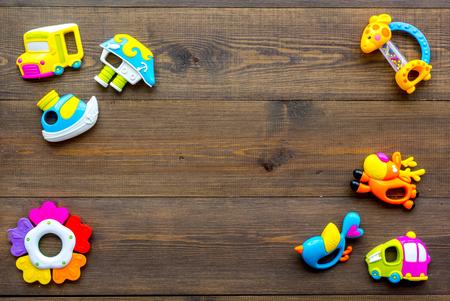 Handmade toys for newborn baby. Rattle. Wooden background top view mockup. Foto de archivo - 115150613