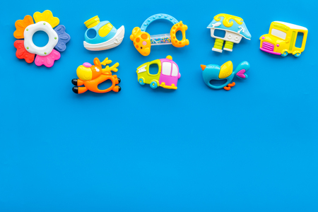 Craft toys for kids. Developing rattle for the smallest. Blue desk background top view mock up Foto de archivo - 115150585