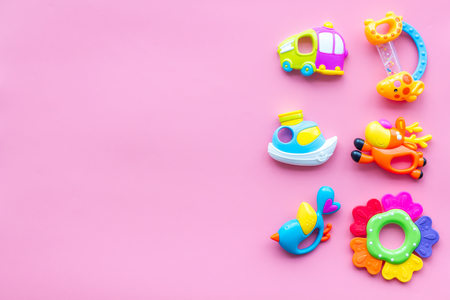 Craft toys for kids. Developing rattle for the smallest. Pink background top view mock up Foto de archivo - 115239716