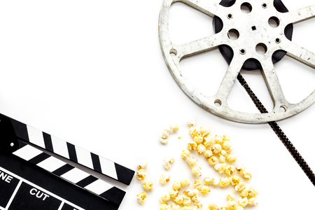 Cinema concept. Clapperboard, film stock, popcorn on white background top view. Banque d'images - 115838576