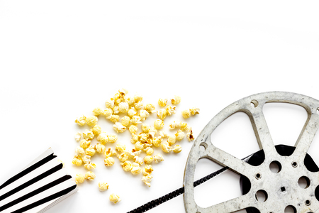 Cinema concept. film stock and popcorn on white background copy space Banque d'images - 116083158