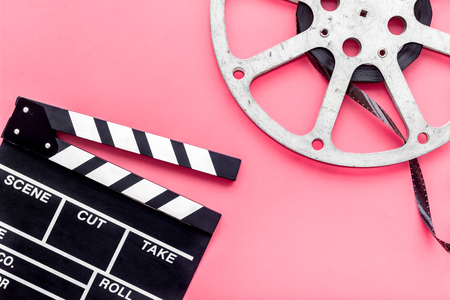 Filming concept. Clapperboard and film stock on pink background top view. Banque d'images - 116352263