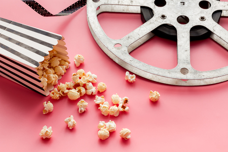 Cinema concept. film stock and popcorn on pink background copy space Banque d'images - 116443408