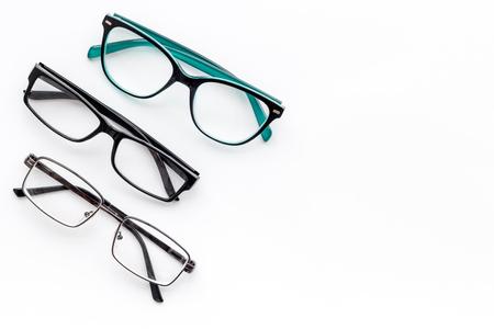 Ensemble de lunettes avec verres transparents sur fond blanc vue de dessus espace pour texte Banque d'images