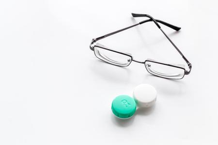 Augenprobleme. Brille mit transparenten Linsen und Kontaktlinsen auf weißem Hintergrund Platz für Text Standard-Bild