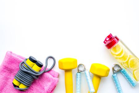 Fitness-Set mit Bars, Flasche Wasser, Handtuch und Handgelenk-Builder auf weißem Hintergrund Draufsicht Mock-up Standard-Bild