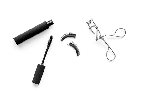 Organic decorative cosmetic set with lash curler and mascara on white woman desk background top view. Banque d'images - 118873814
