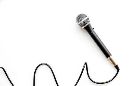 Mikrofon für Blogger-, Journalisten- oder Musikerarbeit auf weißem Bürotischhintergrund-Draufsichtsmodell