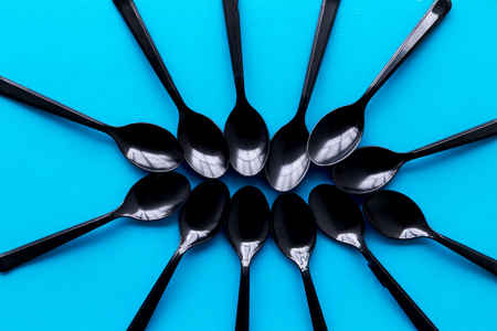 Eco and plastic utilization concept with flatware on blue background top view pattern Archivio Fotografico - 119126121