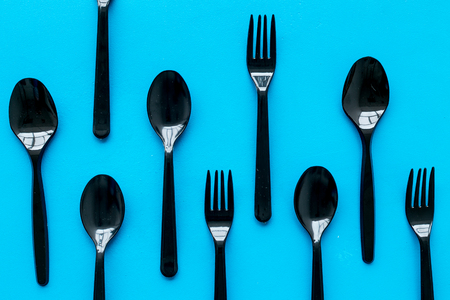 Ecology. Plastic utilization and the Earth protection concept with flatware on blue background top view pattern Archivio Fotografico - 119497782