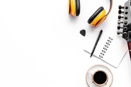 Compositor de canciones con músicos e instrumentos de DJ en el espacio de vista superior de fondo blanco para texto