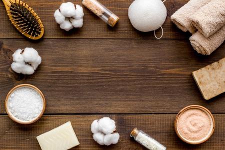 Cosméticos orgánicos y materiales ecológicos para spa y baño naturales caseros en maqueta de vista superior de fondo de madera
