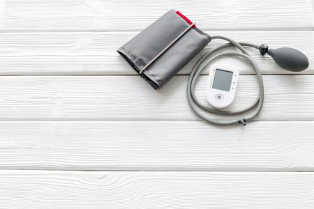 tonometro per diagnostica di malattie cardiache su sfondo bianco vista dall'alto mockup