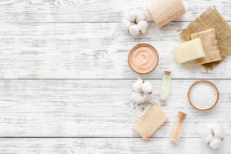 Cero residuos con cosméticos para spa y algodón, materiales ecológicos sobre fondo de madera blanca, vista superior, copyspace