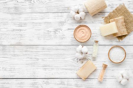 Zero Waste Set mit Kosmetik für Spa und umweltfreundliche Baumwollmaterialien auf weißem Holzhintergrund Draufsicht copyspace