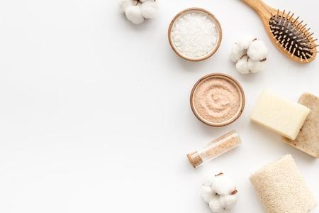 Umweltfreundliche Kosmetik und Zero Waste Set für Spa auf weißem Hintergrund Draufsicht Mock-up
