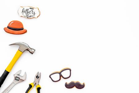 领结,髭,玻璃,帽子和仪器修理的愉快的父亲节党在白色背景顶视图大模型