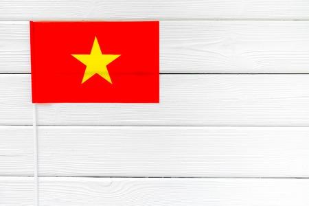 Symbole du concept de la fête nationale du Vietnam avec drapeau sur la vue de dessus en bois blanc