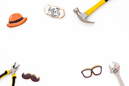 愉快的父亲节庆祝用在髭,玻璃和帽子和仪器形状的曲奇饼在黑背景顶视图大模型