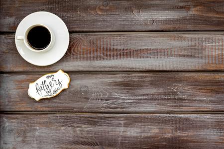 与咖啡的愉快的父亲节庆祝在木背景顶视图大模型的咖啡