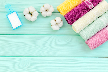 Washing of cotton products. Powder for laundry and cotton towels on mint green wooden background top view mockup Standard-Bild - 122001971