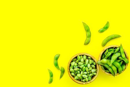 Gesundes Essen. Edamame in Schalen auf gelbem Hintergrund Draufsicht Mock-up