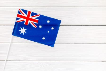 Concetto di festa dell'indipendenza dell'Australia con bandiera su fondo di legno bianco vista dall'alto