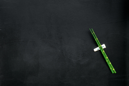 Bamboo sticks for sushi and maki cooking on black table background top view mockup Banque d'images - 122993392