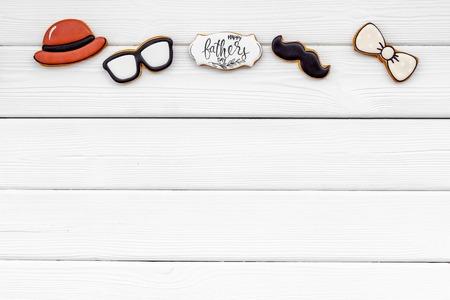 帽子,小胡子,玻璃,蝶形领结和拷贝为愉快的父亲节党白色木背景顶视图拷贝空间。