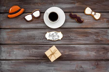 设计为父亲节庆祝党用曲奇饼,礼物盒和咖啡在木背景顶视图嘲笑