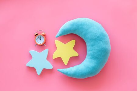Sleep time concept with moon, stars, alarm clock on pink background top view 版權商用圖片