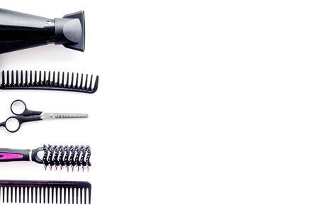 Conjunto de herramientas de peluquería profesional con peines, secador y tijeras en maqueta de vista superior de fondo blanco