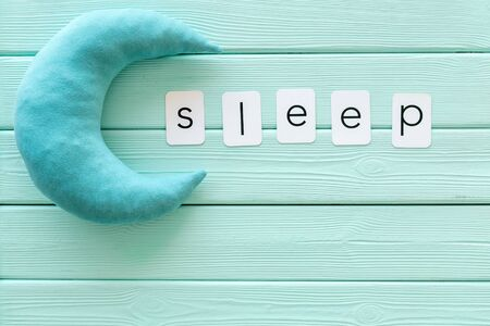 Sleep word and moon on mint green wooden background top view Banque d'images - 126145165