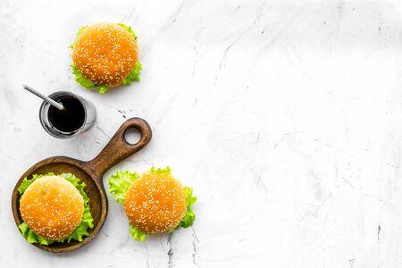 Amerikaanse keuken. Hamburger en drankje voor nationaal Amerikaans keukenconcept op marmeren achtergrond bovenaanzicht mock up