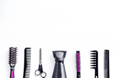 Konzept für den Haarschnitt. Professionelles rosa Zubehör des Friseurs auf dem weißen Hintergrund des Schreibtisches mit Draufsicht copyspace Standard-Bild