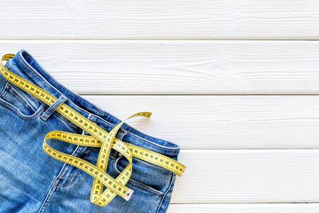 다이어트, 피트니스 및 몸매. 체중 감량 및 스포츠 개념을 위한 측정 테이프가 있는 바지 스톡 콘텐츠