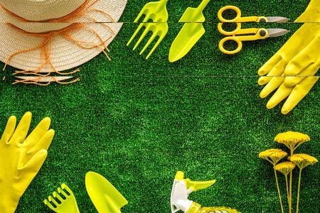 Cornice per attrezzi da giardinaggio su sfondo verde erba vista dall'alto spazio per il testo Archivio Fotografico