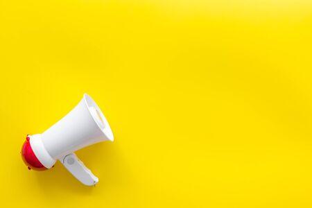 Trek de aandacht met megafoon op gele achtergrond bovenaanzicht copyspace