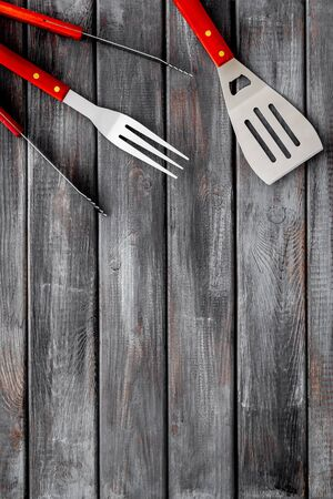 spatula, fork, tongs for barbecue on wooden background top view mockup 스톡 콘텐츠