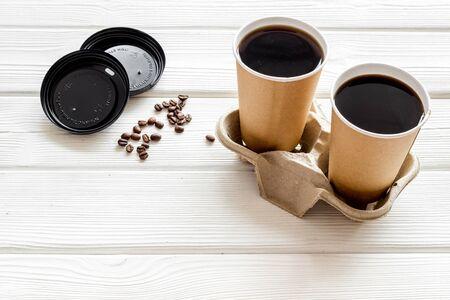 Kaffee zum Mitnehmen auf weißem Holzhintergrundmodell