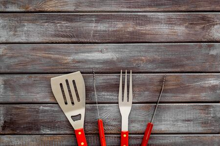 spatula, fork, tongs for barbecue on wooden background top view mockup Imagens