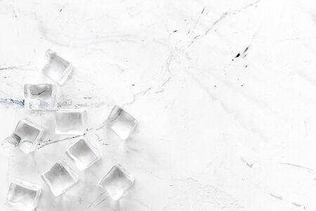 Haufen von Eiswürfeln auf Marmorbar Schreibtisch Hintergrund Draufsicht Mockup