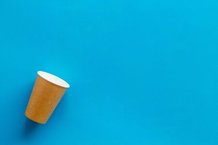 paper cups for coffee to take away on blue background space for text 版權商用圖片