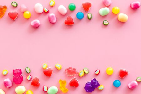 Modèle de bonbons. Bonbons assortis et cadre de marmelade sur l'espace de vue de dessus de fond rose pour le texte Banque d'images