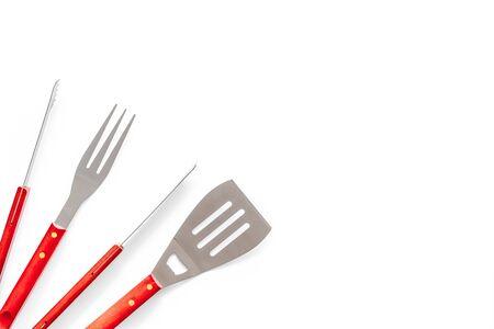 Zange, Gabel, Spachtel zum Grillen und Grillen auf weißem Hintergrund Draufsichtraum für Text