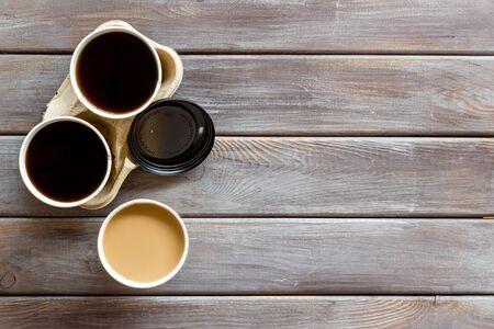 Café para llevar en la vista superior de fondo de madera. La traducción del texto ruso en la tapa es Precaución: contenido caliente